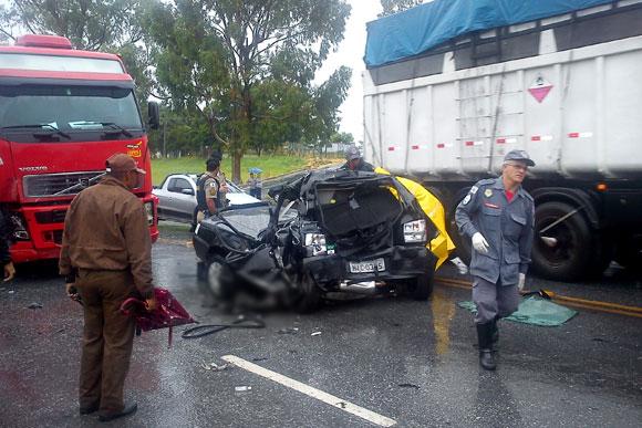 Carro do militar ficou completamente destruído / Foto: Divulgação Bombeiros