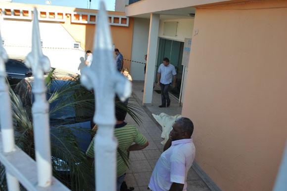 Corpo de Juninho ficou caído na entrada da casa / Foto: Marcelo Paiva