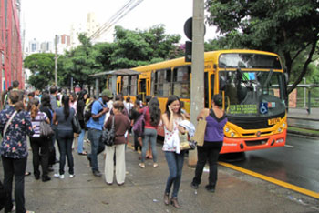 Passageiros desceram do ônibus depois que o motorista abandonou o veículo / Foto:Gabriel Pascoal Filho/Divulgação